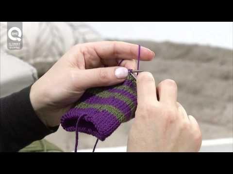 Lavorare a maglia in tondo con due colori. Presenta Emma Fassio - YouTube