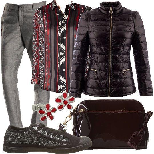 Un giubbino davvero molto bello, nero, lucido, imbottito, con collo alla coreana. Lo indossiamo con dei pantaloni grigi, dal taglio classico, camicia a fantasia, rossa, bianca, nera e grigia, ad effetto lucido, sneakers nere e argento, borsa a tracolla, color burgundy, ad effetto vernice e orecchini a lobo in argento e smalto rosso.
