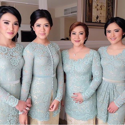 @juliairianto's beautiful family in @barliasmara. Regram from @olisherawati #kebayainspiration #kebaya #Indonesia