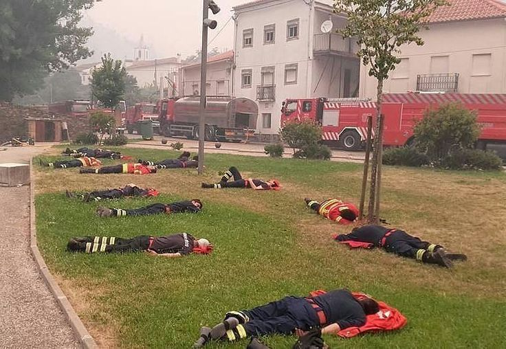 FEATURED POST   @war.brazil -  Bombeiros portugueses esgotados. Foto registrada durante uma pausa nos combates ao incêndio  ___Want to be featured? _____ Use #chiefmiller in your post ... http://ift.tt/2aftxS9 . CHECK OUT! Facebook- chiefmiller1 Periscope -chief_miller Tumblr- chief-miller Twitter - chief_miller YouTube- chief miller .  #firetruck #firedepartment #fireman #firefighters #ems #kcco  #brotherhood #firefighting #paramedic #firehouse #rescue #firedept  #workingfire #feuerwehr…
