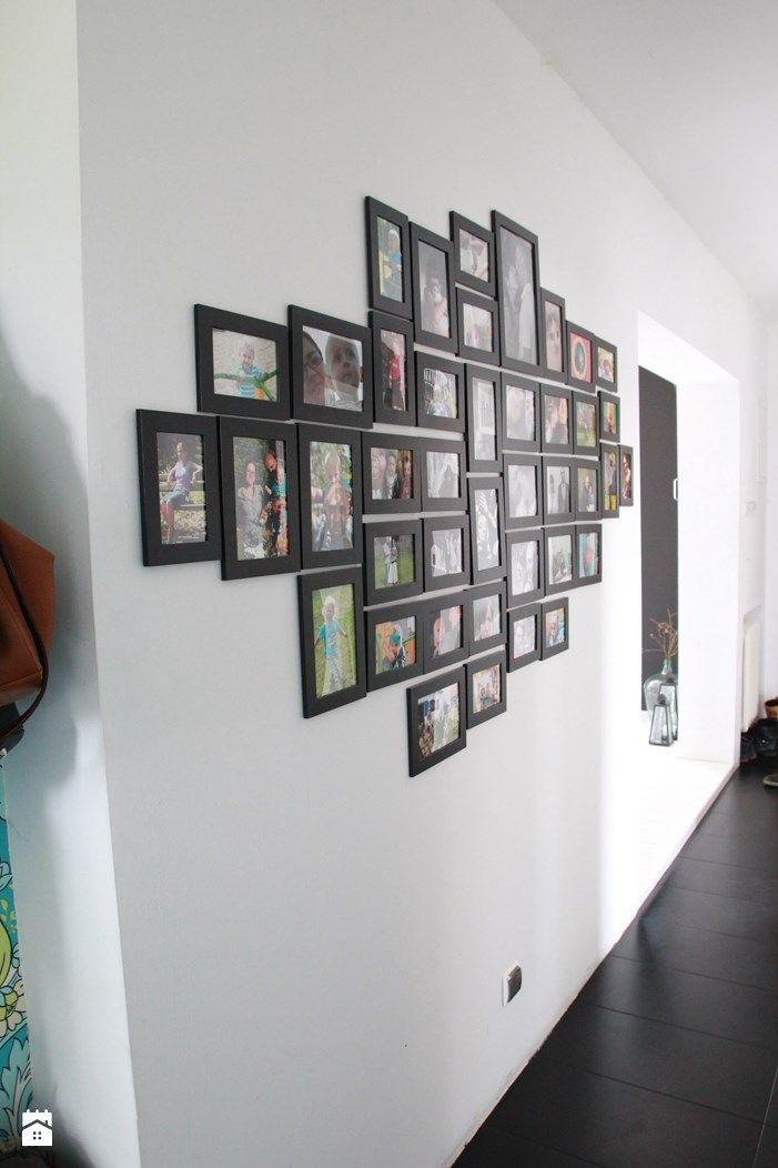 Przedpokój. Ściana z rodzinnymi zdjęciami. - zdjęcie od Agnieszka Kijowska - Hol / Przedpokój - Styl Skandynawski - Agnieszka Kijowska, black & white, scandinavian design, hol