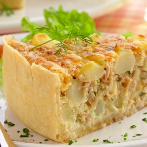 Receita de Torta de Atum e Batata - sal e pimenta a gosto , 2 latas de atum em pedaços , 6 batatas cozidas e cortadas em cubos , 1 dente de alho , 4 colhere...