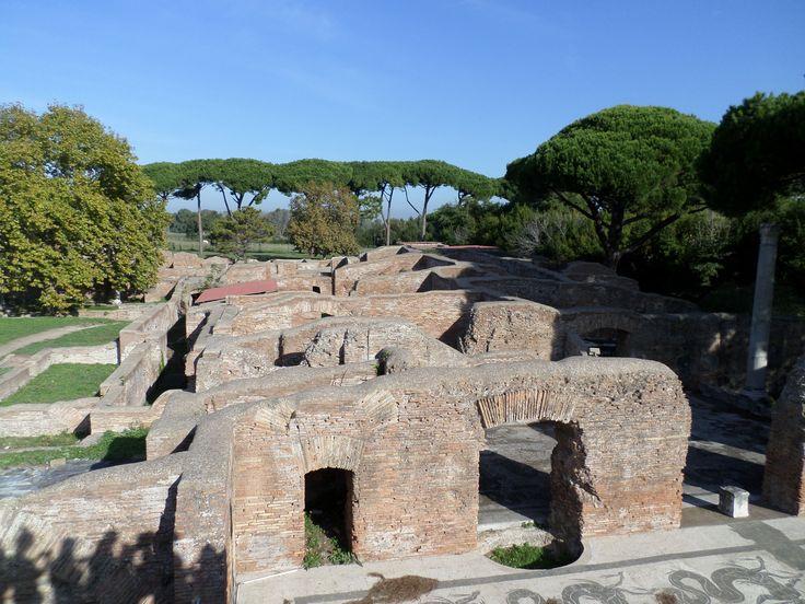 Donderdag ochtend bezochten we Ostia Antica. Ostia was in de Romeinse tijd de havenplaats van Rome. De stad is grotendeels bewaard en opgegraven, en is een van de best bewaarde Romeinse steden in Italië. De opgravingen liggen bij het moderne plaatsje Ostia Antica, dat met onder andere de moderne badplaats Lido di Ostia deel uitmaakt van de gemeente Rome aan de monding van de Tiber. De naam is afgeleid van het Latijnse ostium, riviermonding.