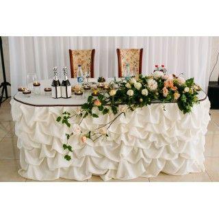 Качественный текстиль, красивая композиция из живых цветов и много свечей. Декор стола молодоженов (президиума) на свадьбе Георгия и Екатерины