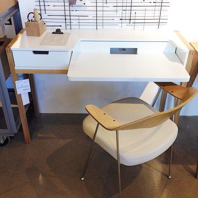 Vi slår ett slag för vår favorit Farringdon skrivbord i ek/vitt. Perfekt för den lilla arbetsplatsen. 3.500kr. Stol Robin Day i ek/ljust skinn. 2.500kr. #habitatsverige #favoritpåhabitat