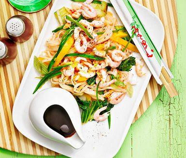 Vietnamesisk nudelsallad med räkor är en fräsch salladsrätt med härligt krisp i grönsakerna! Rätten består av bland annat räkor, risnudlar, sockerärter, knipplök och pak choy och smaksätts med ingefära, lime och sambal oelek. Servera den härliga nudelsalladen med japansk soja och gärna ett gott bröd.