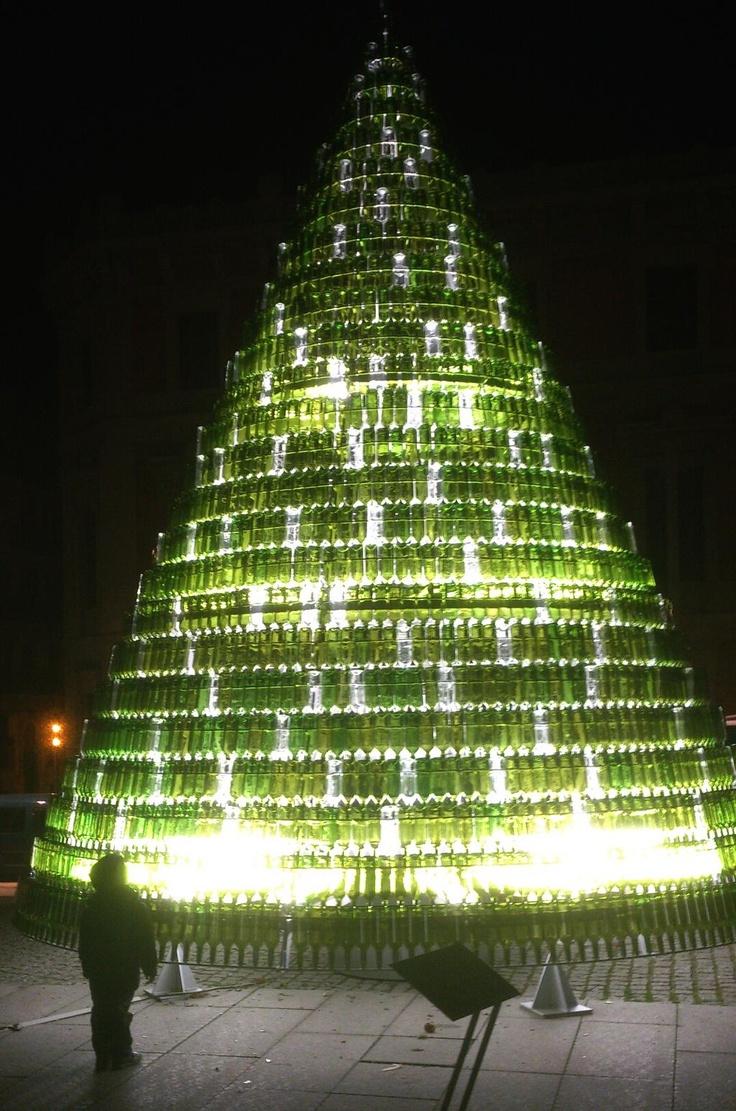 Mirar que bonito arbol de navidad he descubierto echo con botellas de vino..¡felices fiestas a todos!..