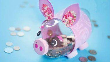 Fabriquer une tirelire cochon Voici une idée originale pour recycler les bouteilles en plastique : les transformer en tirelire. Ici, il s'agit d'une tirelire cochon, mais pourquoi pas faire d'autres animaux ?!! A vous de vous inspirer de ce petit DIY facile à réaliser pour fabriquer la tirelire qui vous plait (ou plutôt, qui plait à vos enfants !) Vous pourrez utiliser des grandes bouteilles de soda coupées en 2, ou des petites bouteilles de lait par exemple, mais soyez vigilants >