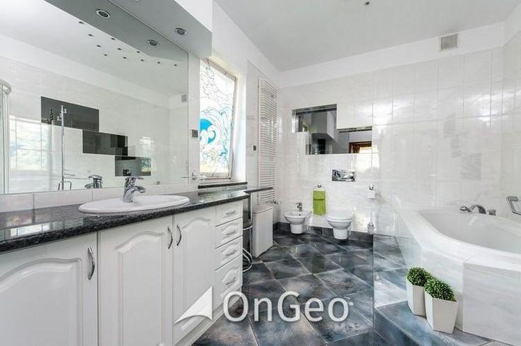 Dom na sprzedaż Dom o powierzchni użytkowej 419 m2, parteru oraz niski parter, urządzony w klasycznym stylu. Wyposażony według najwyższych standardów oraz wysokiej jakości wykończenia: dębowe parkiety, drewniana stolarka okienna i drzwiowa. #domnasprzedaz #ongeo #wnętrza #łazienka
