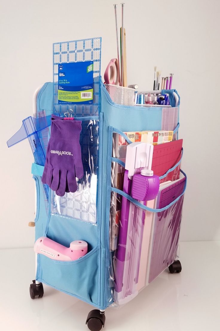 The large back pockets are ideal for organizing oversized sewing/quilting rulers, as well as for cutting mats, die cutter platforms and 12x12 paper.