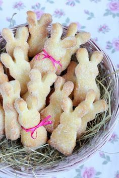 Ostern ist nicht mehr weit. Diese zuckersüßen Häschen sind schnell gemacht, herrlich locker und saftig. Hüpfen sie auch in dein Osternest ?   Ihr benötigt für ca. 25 Stück, je nach Größ…