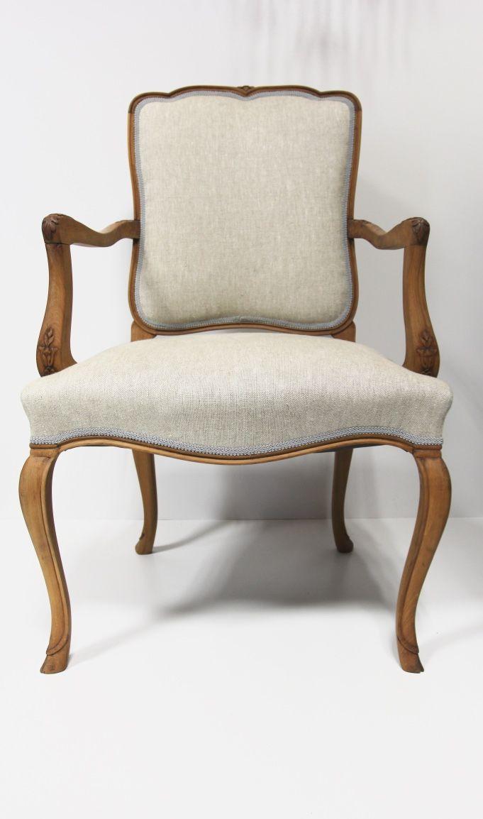 Krzesło po renowacji, surowe drewno, angielskie tkaniny obiciowe, wykończone taśmą. Wymienione całe wnętrze tapicerskie.  Cena: 1250 zł