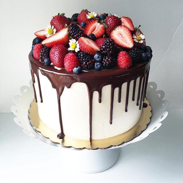 Strawberry Tall Cake with a ganache drip and loads of fresh berries  #strawberrytallcake #ganahedrip #freshberries #utahcakes #utahcakeartist #plumcakery