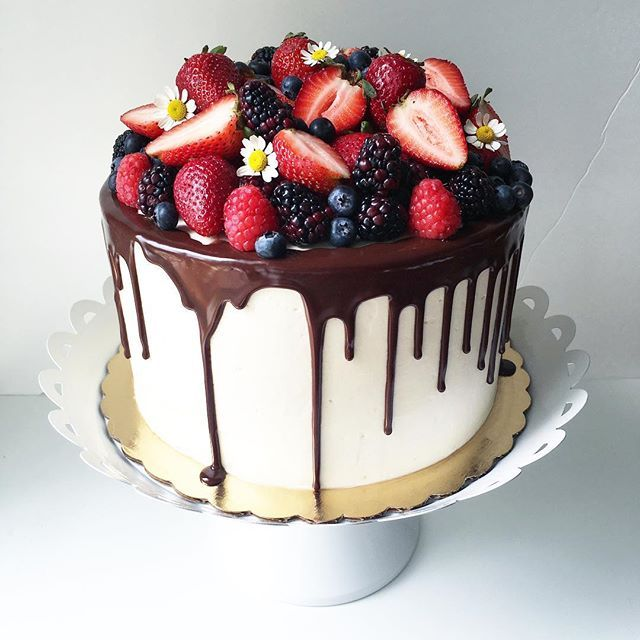 Strawberry Tall Cake with a ganache drip and loads of fresh berries  #strawberrytallcake #ganahedrip #freshberries #utahcakes #utahcakeartist #plumcakery