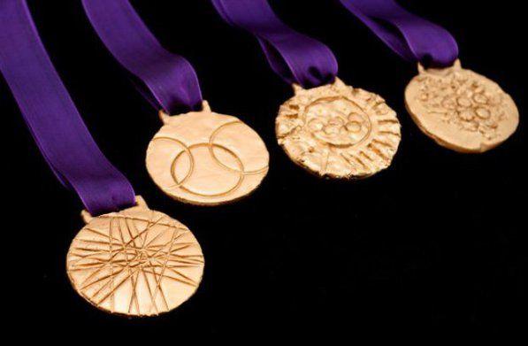 Medailles, van klei maken, verven, lint erbij