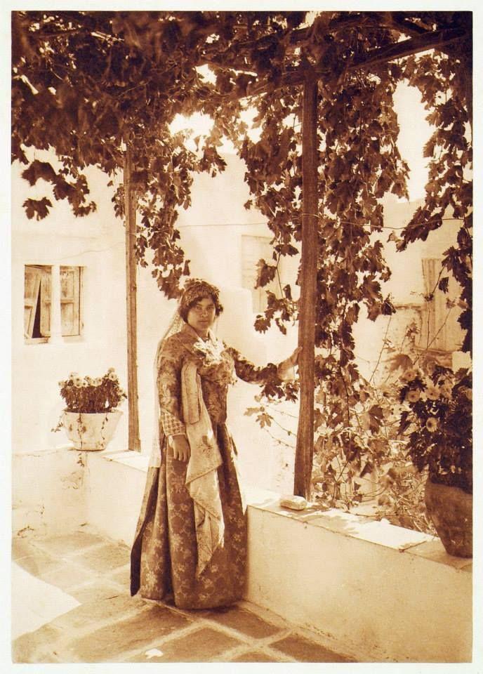 Παραδοσιακή γυναικεία ενδυμασία της Ίου, Κυκλάδες. 1919, (Βιβλιοθήκη Ιδρύματος Αικατερίνης Λασκαρίδη)  Traditional Costume of Ios island, Cyclades  Έκδοση: BAUD-BOVY, Daniel, BOISSONNAS, Frédéric. Des Cyclades en Crète au gré du vent, Γενεύη, Boissonnas & Co, 1919.