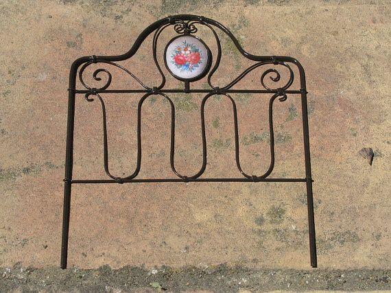 cabecero de forja a escala 1/12. realizado en latón esmaltado color marrón. medidas aprox. 11,8 cms; altura 14,0 cms