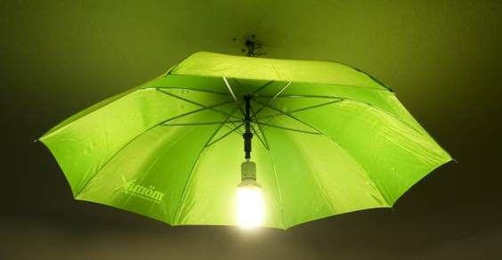 Lampadario da un vecchio ombrello. LEGGI QUI altri 10 modi per illuminare la vostra casa con oggetti di recupero http://www.greenme.it/abitare/accessori-e-decorazioni/984-lampade-lampadari-riciclati  #upcycle #riciclo creativo