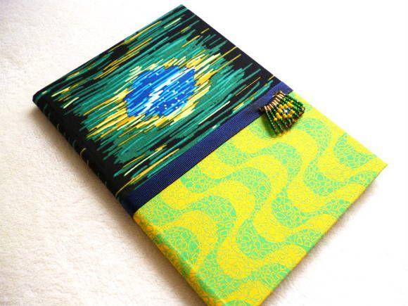 Caderno Brochura, Pautado, 96 folhas, Pequeno, encapado com tecido Tricoline.  Acabamento interno em papel cartonado e aviamentos. Estampa motivo Brasil. Adornado com aviamentos especiais e miçangas.  Com os Cadernos em Tecidos da Cora, dê cor ao seu dia no trabalho, na escola e em qualquer lugar onde lápis e papel sejam imprescindíveis!  Medidas: Largura: 14,9 cm Comprimento: 21,3cm Altura: 1,5cm R$ 20,00