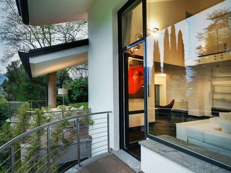 Private Villa am Comer See-Studio Marco Piva innen zeitgenössische erstaunliche Entwurfsansicht schöne Innenarchitektur minimalistisch eleganten Kunst Display modernes Design Traumhaus bunten Akzent rot