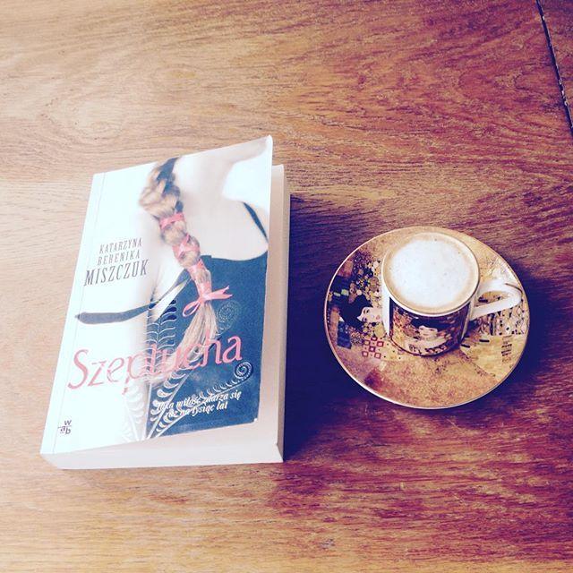 Kilka chwil #kawa #książka #terazczytam #filiżanka #niedziela #katarzynaberenikamiszczuk #szeptucha #gosława #mieszko #słowiańskie #bogowie #miłość #bookstagram #coffee #coffeetime #bookstagrampl