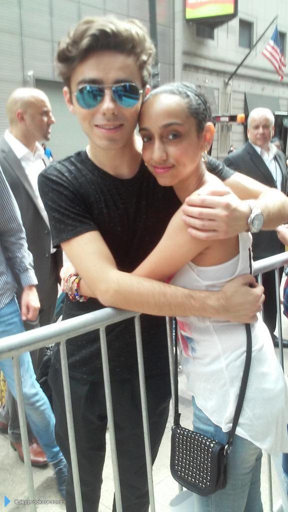 Nathan com fã (@jessrocksursoxs) no em Nova York, nos Estados Unidos. (21 jul.)