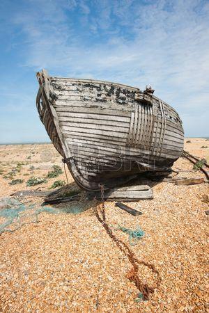 Abandon de l'épave de bateau de pêche en bois sur la plage contre le ciel bleu Banque d'images