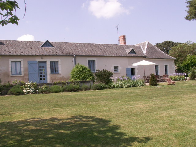 Remarkable site just a step away from the Golf of Touraine, on a cattle farm  (foie gras production). Wildlife of the domain to be observed with the owner, on the mornings of the lookout post. Gite located 15 minutes away from Tours. 4 rooms for 9 people.