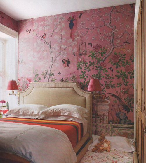 Для спальни идеальны обои приглушенных тонов, яркие цвета лучше не использовать. Если в спальне мало мебели, на одну из стен можно наклеить фотообои. Рекомендуются: — натуральные; — текстильные; — бумажные; — виниловые (все виды, такие как вспененные, шелкография, компакт-винил, скоп); — флизелиновые. Не рекомендуются (хотя и допускаются): — стеклообои.