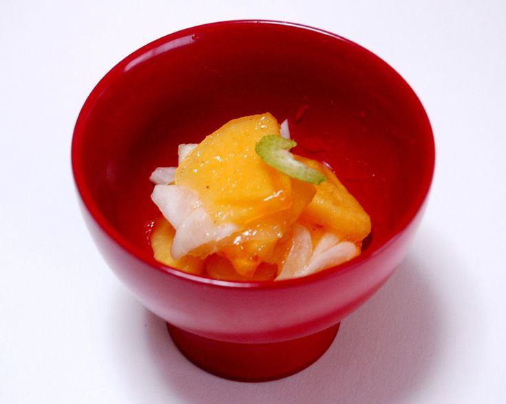 柿をはちみつ入りの合わせ酢に1個丸ごと入れた、柿たっぷりのデザート感覚の酢の物です。