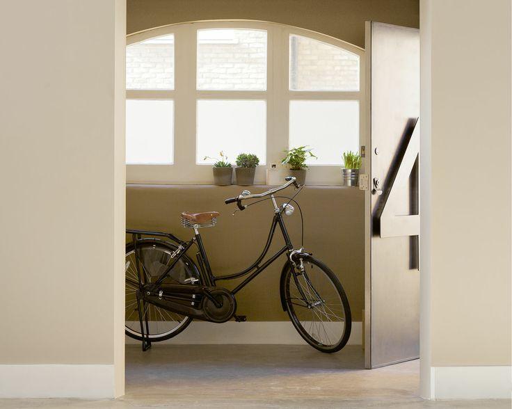 Créez une atmosphère accueillante avec les teintes naturelles. Les teintes naturelles et olive prennent du tonus avec le sol en béton ciré dans cette entrée, qui devient un espace chaleureux et accueillant.