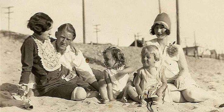 Летом Глэдис брала дочь на пляж в Санта-Монике (на фото Норма Джин, Глэдис, ее брат - Марион Монро с женой и дочерью Идой Мэй. 1928 год.