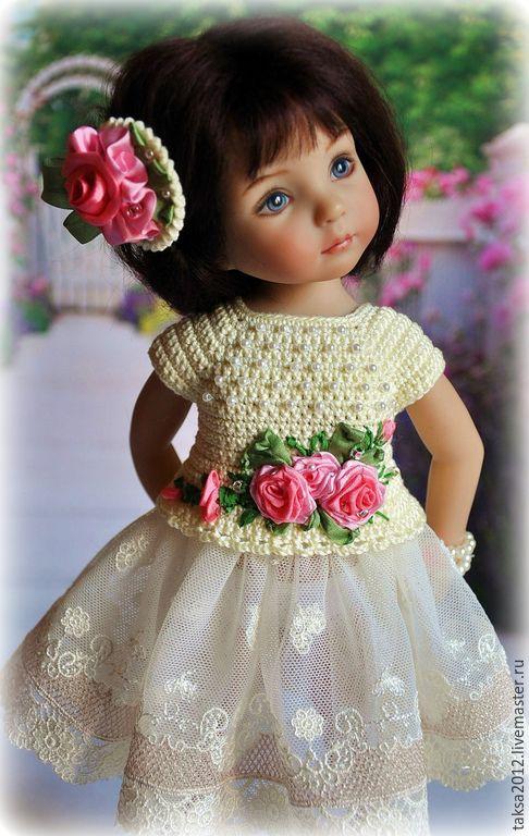 Купить или заказать НАРЯД ДЛЯ ЛЮБИМОЙ КУКЛЫ в интернет-магазине на Ярмарке Мастеров. наряд для куклы включает юбочку из кружева, кофточку из хлопка, заколку для волос и браслетик. Украшен вышивкой лентами из натурального шелка и различн…