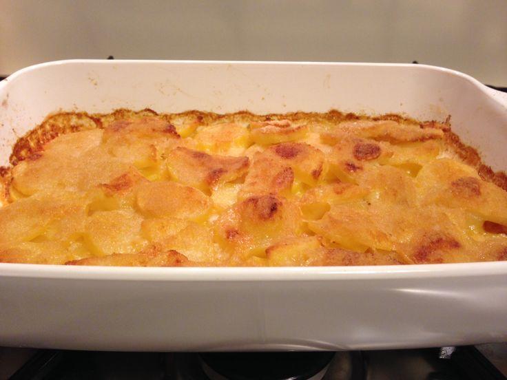 Se penso ad un piatto dalle infinite varianti, non posso non pensare alle patate al forno: gratinate, burro, salvia e rosmarino, oppure besciamella e scamorza filante.