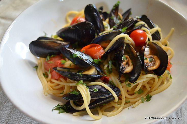 Spaghetti cu scoici si rosii cherry. O reteta simpla de paste cu midii, usturoi si rosii la tigaie. Cum se curata scoicile? Cat timp se gatesc midiile