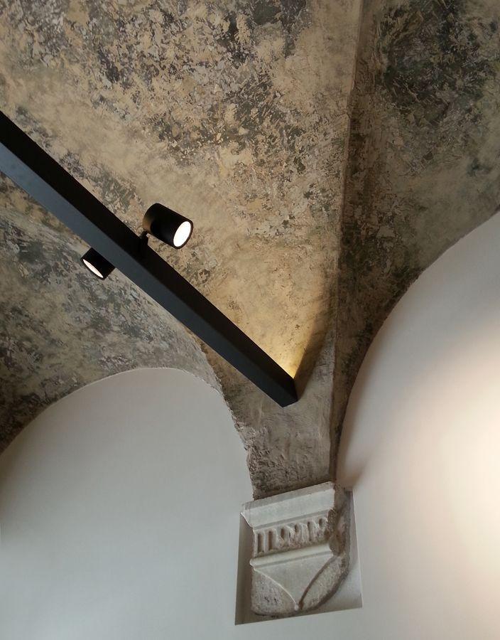 Dettaglio sulla volta di una vecchia chiesa del '400 | Illuminazione di #pslab #lightdesign #oldchurch #interiordesign #interni #architecture #nosesarchitects #shop