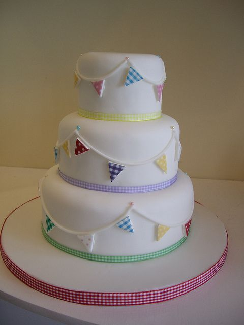 cute cake, you could do slightly different bunting for a girl or a boy.