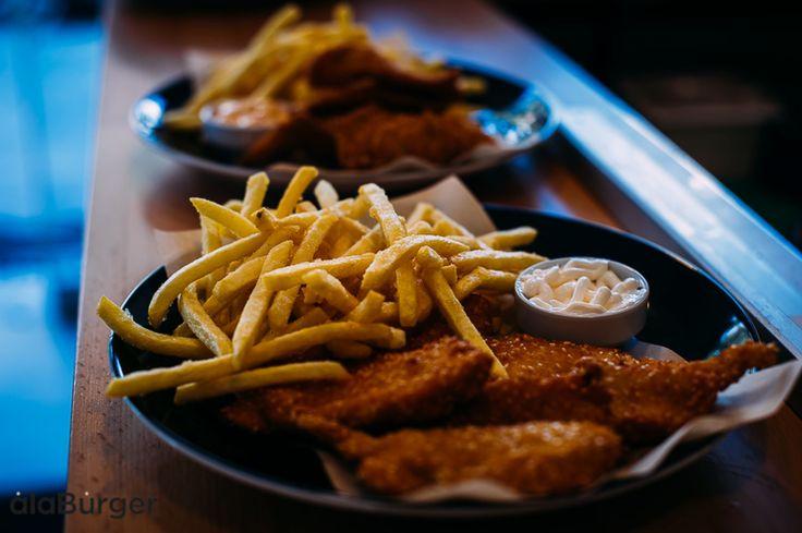 CHICKEN NUGGETS (ΚΟΤΟΜΠΟΥΚΙΕΣ)  Τραγανές κοτομπουκιές μόνο εδώ! Αυτές οι κοτομπουκιές ή αλλιώς chicken nuggets μας ξετρελαίνουν. Είναι μικρές και τραγανές και είναι  νόστιμες πολύ αφού ο συνδυασμός με πατάτες τηγανιτες και sauce είναι υπέροχος.. Ala Burger Quality Foods  Πέτρου Ράλλη 527 Νίκαια 2104920233