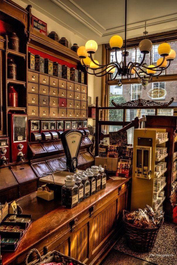'De Pelikaan' in de Pelikaanstraat, één van de oudste koffiewinkels in Nederland