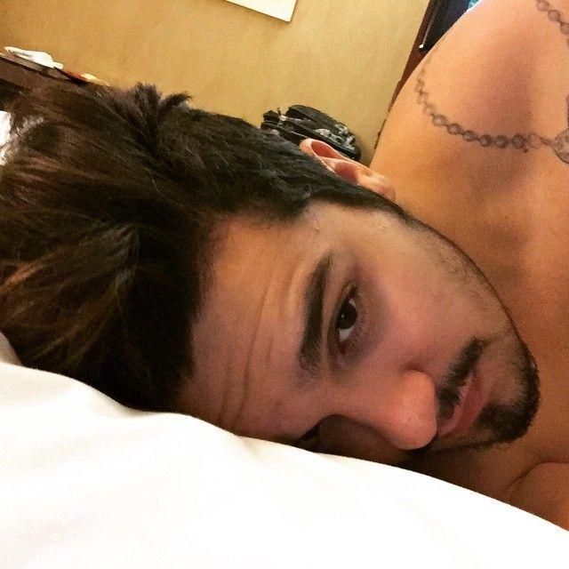 """Na cama, Luan Santana mostra carinha de sono: """"Dormir agora"""""""