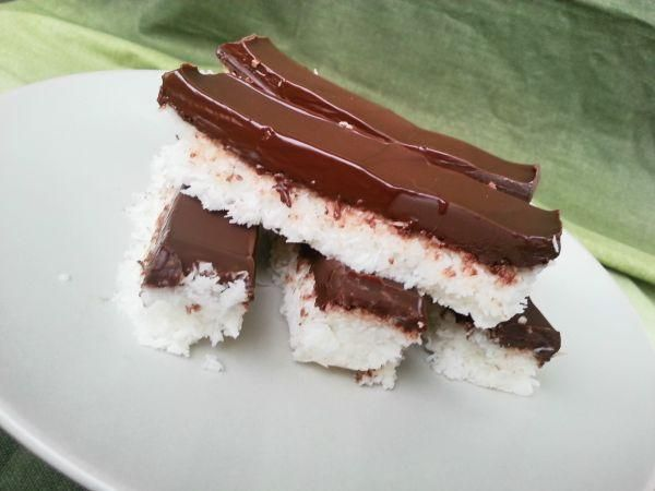Zdravé a jednoduché kokosové tyčinky s čokoládou, Nepečené zákusky, recept | Naničmama.sk