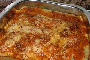 Canelones de Verdura y Sesos       Ingredientes      Masa     2 Huevos     220 gr de Harina     ½ litro de Leche     1 taza de Soda     Manteca c/n      Relleno      2 paquetes de Acelga     1 Seso     1 Cebolla grande     Perejil     3 Huevos     1 lata de Picadillo     100 gr. de Queso Rallado     Sal y Pimienta     1 chorrito de  Aceite      Salsa Bologñesa con chorizo c/n (ver nuestra receta)      Queso Rallado c/n