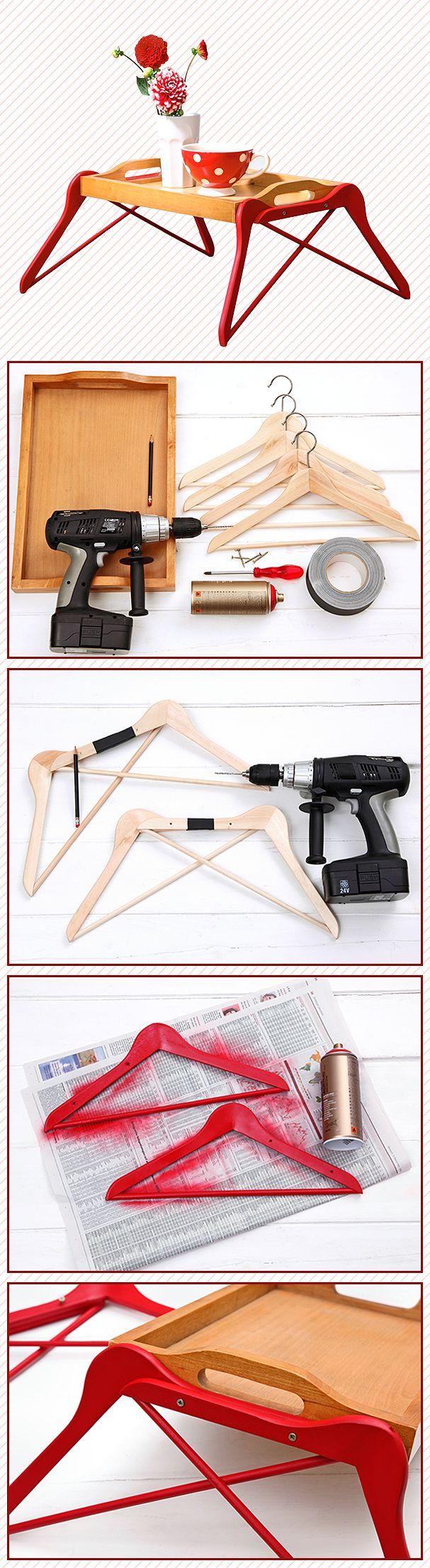 Bett-Tablett DIY: 1. Benötigt werden: 1 Holztablett, 1 Akkubohrschrauber, 4 stabile Holzbügel, 4 lange Schrauben (ca. 3 cm), Sprühfarbe und festes Klebeband. 2. Die Haken der Bügel entfernen und je 2 Bügel mit Klebeband fixieren. Nun pro Bügelpaar 2 Löcher anzeichnen und mit einem dünnen Bohrer vorbohren. 3. Bügel mit Sprühlack einfärben und trocknen lassen. 4. Mit den Schrauben die beiden Bügel erst an den Löchern verbinden, dann die Schrauben weiter seitlich ins Tablett treiben.
