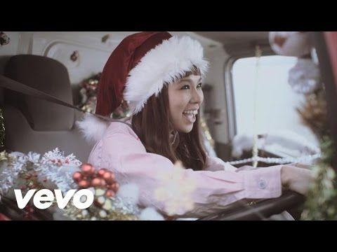 AIの新曲「ハピネス」がCoca-Cola 2011 Christmas Campaign TV-CMソングとしてタイアップ決定。コカ・コーラのCMとして日本オリジナル楽曲が起用されるのは約10年ぶり。プロモーションビデオでもCMの世界観そのままに掃除婦や校長先生、コカ・コーラの営業マンに扮したAIが生徒のみんな...