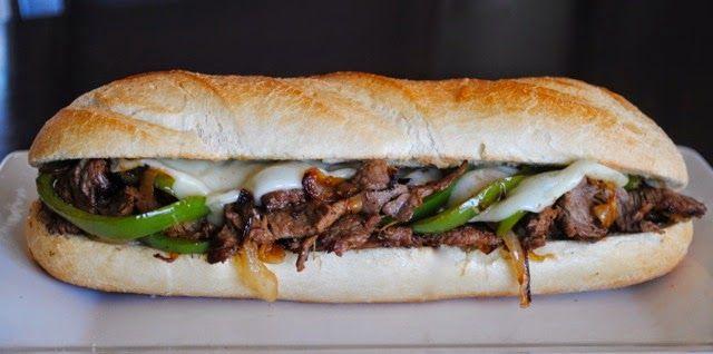 """Знаменитый Филадельфийский Стейк!!! Батон свежего хлебы с кучей мяса и прочими прибамбасами. Цена зашибись, пузо говорит """"спасибо""""."""
