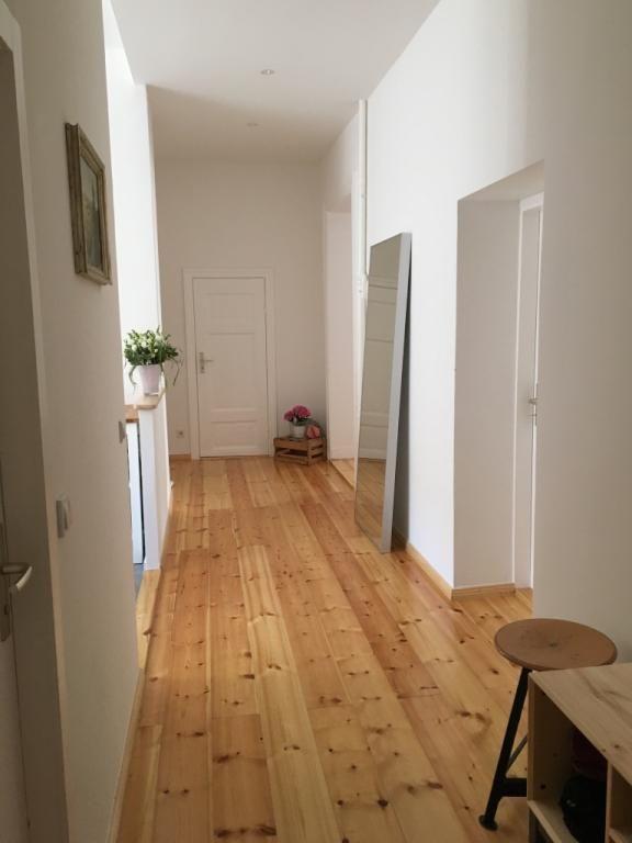 Breiter Flur mit Holzdielenboden in Berlin.  3-Zimmerwohnung in Berlin Prenzlauer Berg.  #Berlin #PrenzlauerBerg #hallway #entrance