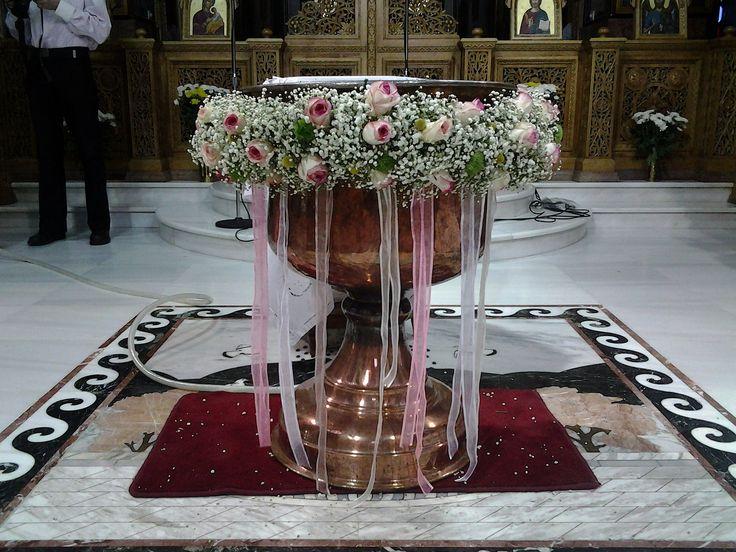 Το γυψόφυλλο, απλό και λιτό διακοσμεί την κολυμπήθρα. Μια κομψή επιλογή λουλουδιού που συνοδεύεται με ροζ κορδέλες και δίνουν ένα αέρινο αποτέλεσμα