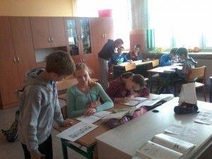 """W klasie piątej odbyły się już dwie lekcje matematyki z serii """"uczymy innych"""". Obie lekcje dotyczyły ułamków dziesiętnych. Mateusz i Szymon uczyli kolegów z klasy pamięciowego oraz pisemnego dodawania i odejmowania ułamków dziesiętnych. Aby uatrakcyjnić zajęcia przygotowali ciekawe zadania do rozwiązania dla uczniów. Rezultaty swojej pracy sprawdzili podając dwa przykłady działań na ułamkach dziesiętnych oraz po trzy odpowiedzi do każdego z nich. Uczniowie wybierali prawidłowe odpowiedzi…"""