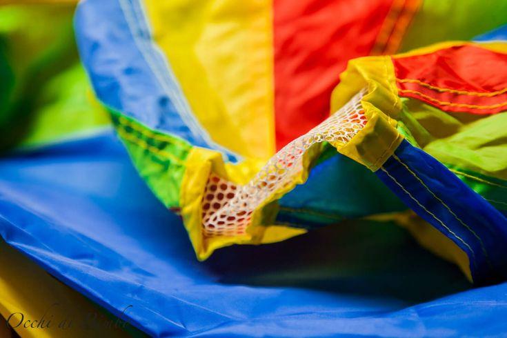 10 giochi da fare con il paracadute ludico  In molti si staranno chiedendo cosa sia il paracadute, una domanda che mi sono posta anch'io qualche anno fa. Il paracadute ludico è un telo rotondo solitamente suddiviso in spicchi colorati e si può trovare di diverse dimensioni. #giochi #Giochibambini #giochianimatori #giochidigruppo #OcchidiBimbo #paracadute #paracaduteludico #spicchicolorati #telobambini #telocolorato #telopergiocare #giociconilparacadute #picoftheday #kid