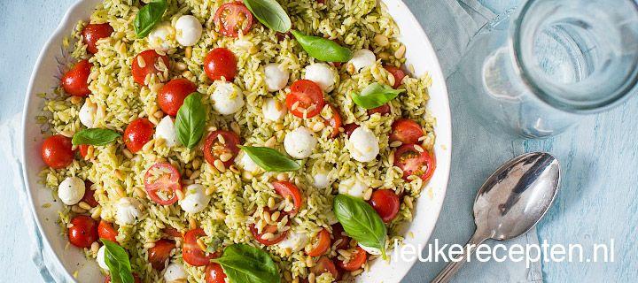 orzo salade met pesto  BIJGERECHT - 30 MINUTEN - 6 TOT 8 PERSONEN *  Orzo is een kleine pastasoort die qua vorm veel op rijst lijkt, ideaal voor in een lichte pastasalade Ingredienten 500 gr orzo (riso de Cecco pasta bij de AH of bij de speciaalzaak) 400 gr cherry tomaatjes, gehalveerd 2 zakken mozzarella mini a 150 gr 2 x basisrecept verse pesto of 1 pot pesto a 190 gr verse blaadjes basilicum 30 gr pijnboompitten, geroosterd peper en zout   Bereiding Kook de orzo pasta gaar zoals…